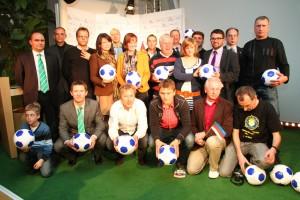 Die Vertreter der teilnehmenden Minderheiten bei der Auslosung in der Sächsischen Landesvertretung in Berlin